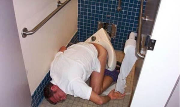 Hombre borracho y dormido mientras defecaba
