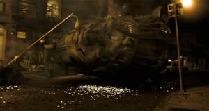 En uno de sus vídeo se explicaba brevemente como se había rodado esta secuencia de Cloverfield, cuando cae a cabeza de la Estatua de la Libertad en una calle de Manhattan