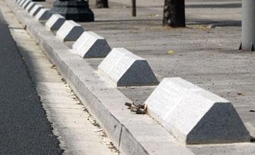 Bordes colocados por el ayuntamiento para evitar la invasión de aceras los días de partido