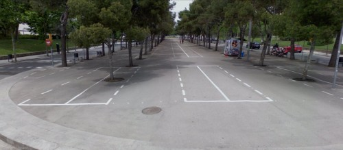 Parking de motos en la puerta del Camp Nou. Pueden aparcar miles de motos. (Google Stree View)