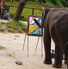 Elefante tailandés pintando un cuadro abstracto