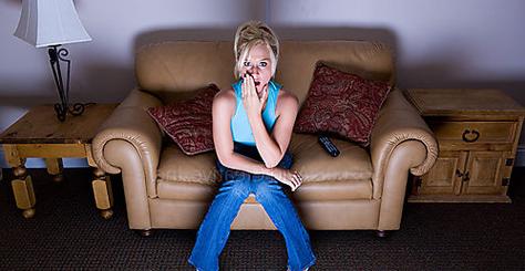 Chica viendo un horror de programa